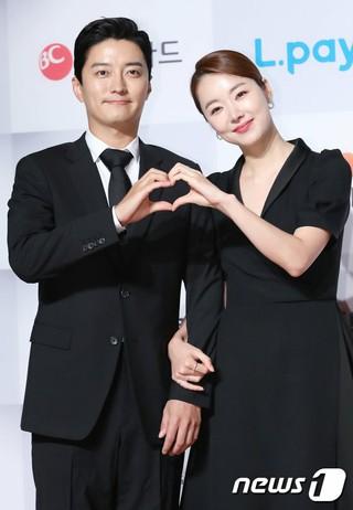 イン・ギョジン & ソ・イヒョン 夫婦、「2018今年のブランド大賞授賞式」フォトウォールイベントに出席。ソウル・グランドハイアットソウルホテル。