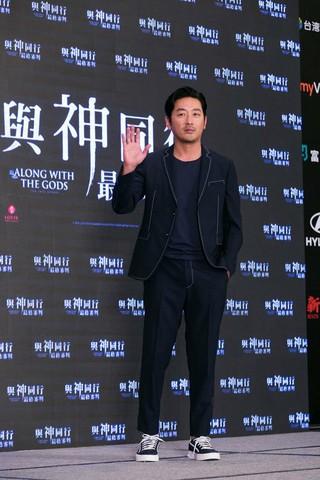 俳優ハ・ジョンウ、出演映画「神と共に-因と縁」のアジアプロモーションに出席。メディア200社以上が殺到し、大盛況。