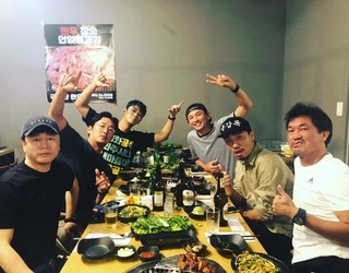 【G公式】俳優チュ・ジフン、映画「神と共に-因と縁」で共演したハ・ジョンウや「工作」で共演したファン・ジョンミンらと会合中の写真を公開。