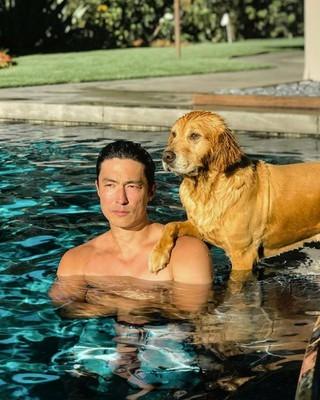 俳優ダニエル・ヘニー、SNS更新。愛犬とプールでポーズ。