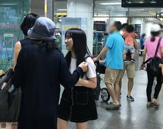 PRODUCE 48 に出演するHKT48矢吹奈子、母親と韓国旅行中?15日、コミュニティーサイトに「弘大(ホンデ)で奈子に会いました」という文章と写真が掲載された。木洞(モクトン