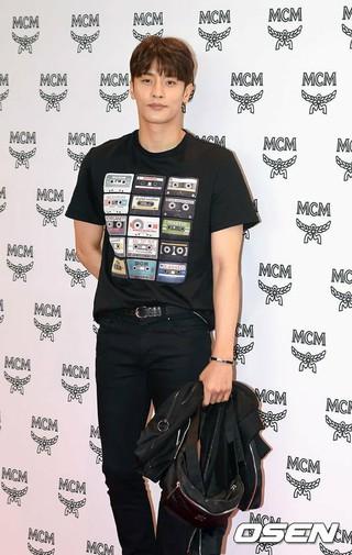 俳優ソンフン、MCM店舗リニューアルオープン記念イベントに出席。17日午後、ソウル・ロッテ百貨店。