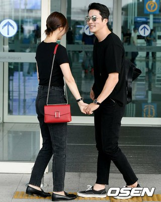 俳優クォン・サンウ-ソン・テヨン 夫妻、画報撮影のためバリに仲良く出国。20日午後、仁川国際空港。