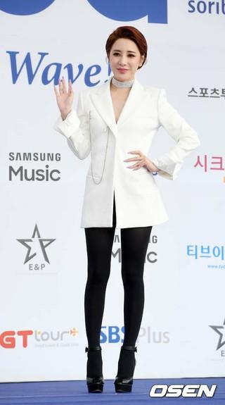 歌手ソ・イニョン、「2018 SORIBADA BEST K-MUSIC AWARDS」ブルーカーペットに登場。