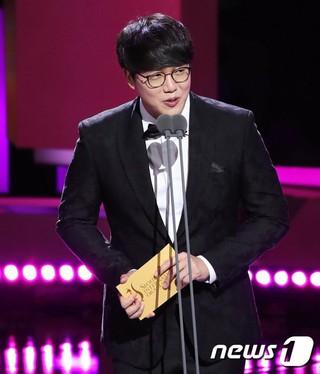歌手ソン・シギョン、「第13回ソウルドラマアワーズ」で審査員特別賞のプレゼンターに。ソウル・汝矣島KBSホール。
