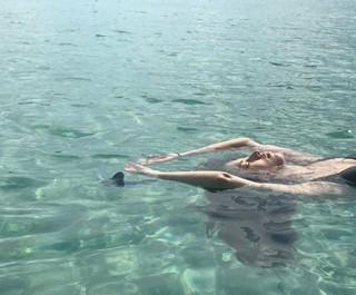 女優ハン・ヒョジュ、SNS更新。人魚のような姿に視線集中。