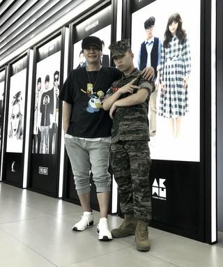 【g公式yg】海兵隊で服務中の楽童ミュージシャン イ・チャンヒョク、休暇中にヤン・ヒョンソクに会い、プレゼントを渡す。