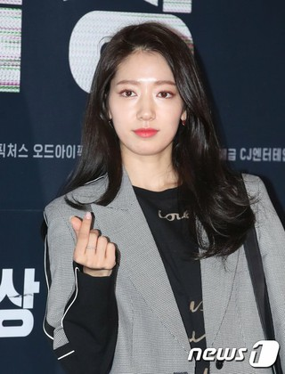 女優パク・シネ、映画「交渉」VIP試写会に出席。17日午後ソウル・龍山CGV。