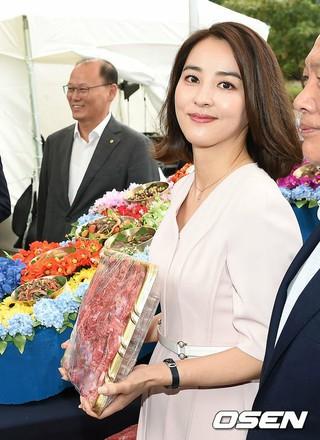 女優ハン・ヘジン、秋夕(チュソク)に向けた韓牛イベントに出席。20日午前、ソウル清渓(チョンゲ)広場。