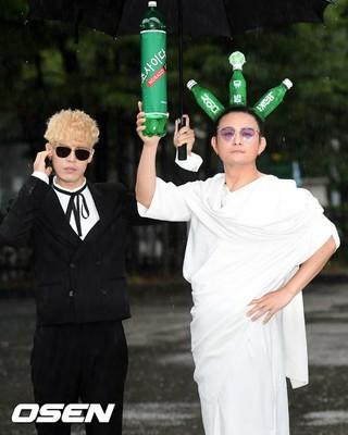 NORAZO、今日も奇抜な衣装で音楽放送「ミュージックバンク」リハーサル出勤。21日午前、ソウル汝矣島(ヨイド)。