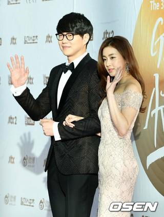 歌手ソン・シギョン、女優カン・ソラ、本日のMCとしてレッドカーペットに参加。 @ ゴールデンディスク授賞式、2日目。31st Golden Disk Awards。 (4枚)