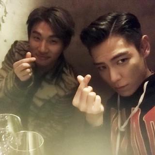 「BIGBANG」T.O.P、SNS更新。D-LITEと指ハート。