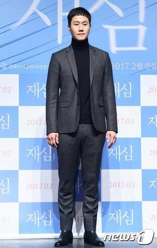 """チョンウ、映画「再審」のメディア試写会に出席。""""紳士の品格""""が漂う笑顔。"""