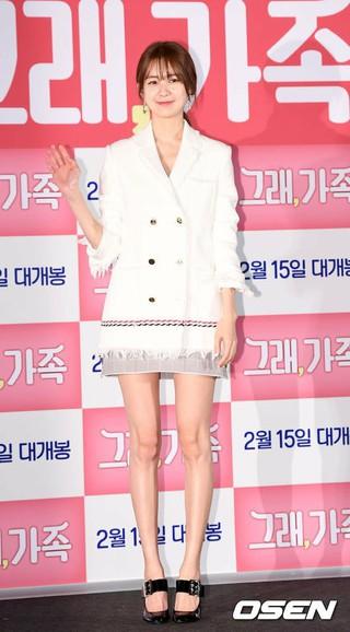 イ・ヨウォン、映画「そう、家族」メディア試写会に出席。脚線美に視線集中。