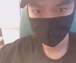 俳優イ・ミンホ、マスクでは隠しきれない「眼力」。タイでCM撮影。 (2枚)