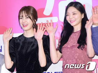 女優イ・ヨウォン、イ・ソム、映画「そう、家族」VIP試写会に参加。ソウルCOEX「MEGA BOX」。 (2枚)