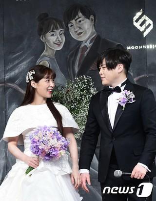 H.O.T. ムン・ヒジュン、CRAYON POPソユル、K-POP有名アイドル夫婦「第1号」。結婚式の記者会見。ソウル、新羅ホテル。 (3枚)