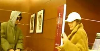 俳優チュ・ジンモ、中国女優チャン・リー、中国ドラマ「親愛的對不起」共演以降の熱愛説。「震源地」は日本の北海道。1日、サッポロで同じホテルに宿泊、一緒にコンビニで買い出し。中国爱奇艺