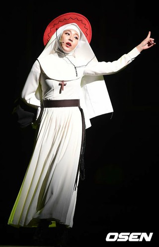 JEWELRY 出身イェウォン、ミュージカル「ナンセンス2」のプレスコールで熱演。 (3枚)