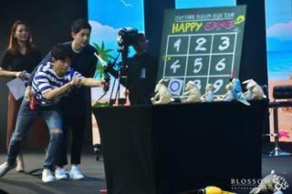 俳優ソン・ジュンギ、所属会社の後輩俳優パク・ボゴムのシンガポール・ファンミーティングにゲスト出演。 (2枚)