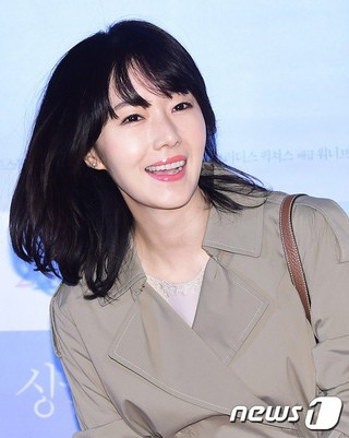 女優イ・ジョンヒョン、映画「シングルライダー」のVIP試写会に出席。@ソウル・往十里(ワンシムニ)CGV。 (2枚)