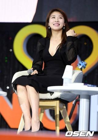 女優ハ・ジウォン、MBN Yフォーラム2017開幕式に出席。 (4枚)
