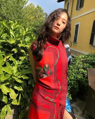 【g公式】f(x)_クリスタル_Krystal、がインスタグラムに赤い服を来た写真をアップロード。。