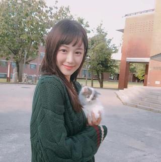 女優イ・ダイン、ヘアスタイルを変えた姿を公開。白い子猫と散歩中。