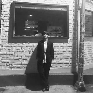 【G公式】俳優キム・ミンソク、近況公開。楽し秋夕ショット。白黒写真。