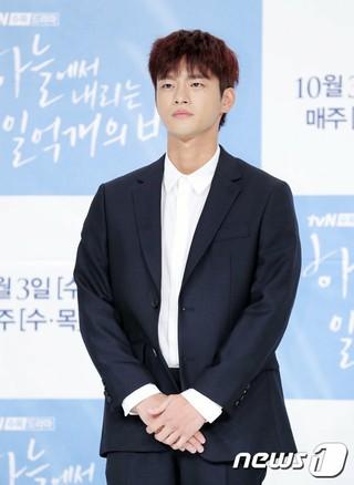 俳優ソ・イングク、tvNドラマ「空から降る一億の星」の制作発表会に出席。28日午後、タイムズスクエア・アモリスホール