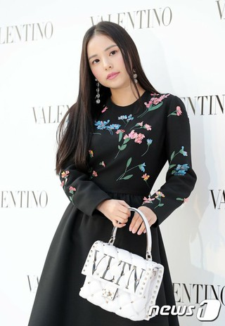 女優ミン・ヒョリン、「VALENTINO」Candystud Factoryポップアップストアオープン式に出席。ソウル・ギャラリア名品館。