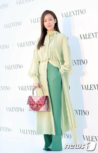 女優ソ・ヒョンジン、「VALENTINO」Candystud Factoryポップアップストアオープン式に出席。ソウル・ギャラリア名品館。