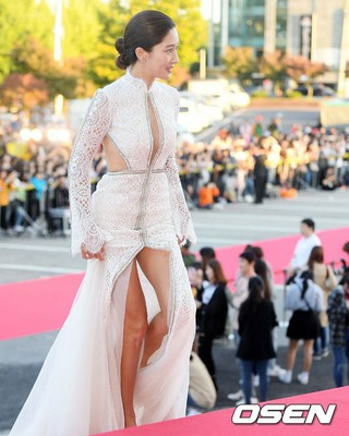 女優ワン・ピンナ、昨日おこなわれたKOREA DRAMA AWARDSでのドレス姿が話題に。
