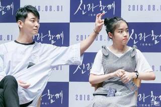 俳優チュ・ジフン、女優キム・ヒャンギにいたずらする子どもっぽい様子をキャッチされる。
