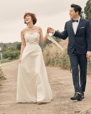 俳優チョ・ジョンソク、歌手GUMMY、「結婚式」の代わりに「言約式」で結婚を発表。。●お互いの家族と一緒に「言約式」で夫婦に。●「一生、お互いを尊敬し配慮し、嬉しい時も悲しい時