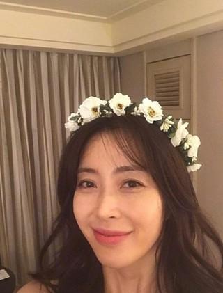 女優ソン・ユナ、SNS更新。花の冠をかぶり、優しい頬笑み。