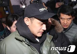 歌手ペク・チヨン の夫で覚せい剤使用容疑の俳優チョン・ソグォン に執行猶予判決。11日、ソウル中央地裁はチョン・ソグォンに懲役10ヶ月、執行猶予2年、30万ウォン(約3万円)の追徴