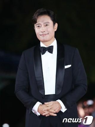 俳優イ・ビョンホン、「2018 APAN STAR AWARDS」レッドカーペットイベントに出席。13日午後、ソウル・慶熙大学平和の殿堂。