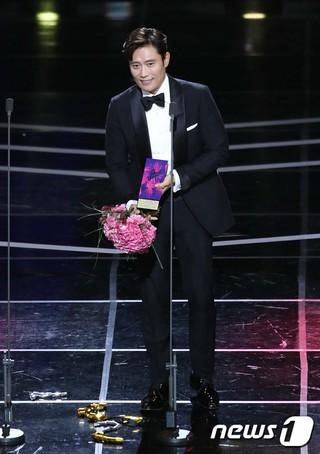 俳優イ・ビョンホン、「2018 APAN STAR AWARDS」で大賞を受賞。