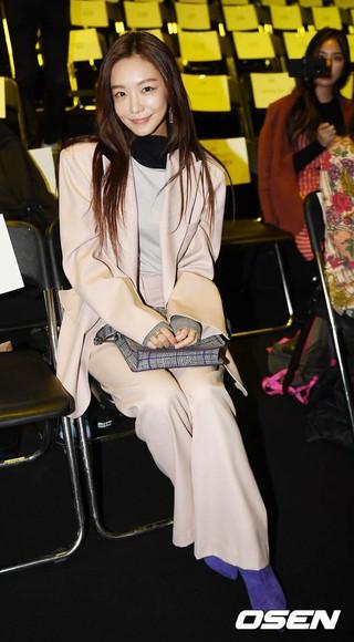 女優シン・ソユル、2019S/S HERA SEOUL FASHION WEEK「VIBRATE」コレクションに出席。16日午前、ソウル東大門DDP。