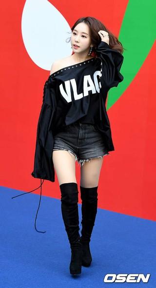 女優ファン・ボミ、2019S/S HERA SEOUL FASHION WEEK「VIBRATE」コレクションに出席。16日午前、ソウル東大門DDP。