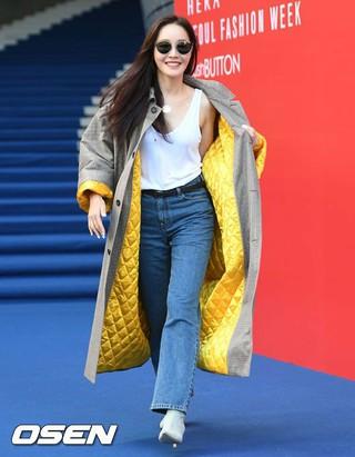 女優オム・ジウォン、2019 S/S HERA SEOUL FASHION WEEK「PUSHBUTTON」COLLECTIONに参加。17日午後、ソウル・東大門DDP