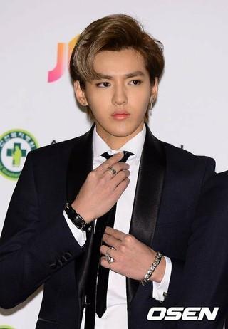 元EXO KRIS、出演した中国の番組で突然EXOの曲が流れ、慌てた表情。台湾メディアが報道。