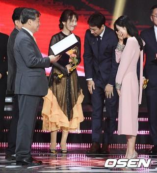 女優ソン・イェジン、2018大韓民国大衆文化芸術賞授賞式で国務総理表彰を受賞。24日午後、オリンピック公園オリンピックホール。