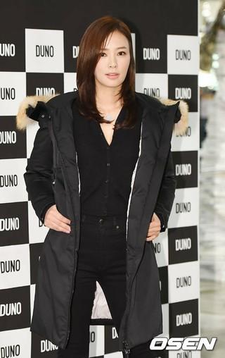 クォン・サンウ の妻ソン・テヨン、ソウル・ロッテデパートAvenuel ワールドタワー店で開かれたファッションブランド「DUNO」イベントに出席。