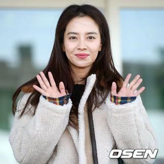 女優ソン・ジヒョ、「2018シンガポール韓流博覧会」に広報大使として出席するため、シンガポールに向けて出国。仁川国際空港。