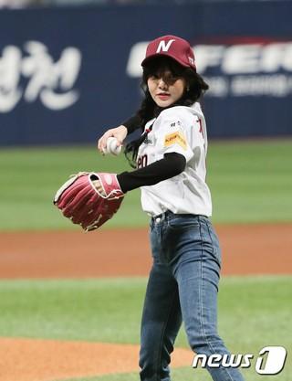 AOA ジミン、韓国プロ野球プレーオフ ネクセン・ヒーローズ X SKワイバーンズの第三戦で始球式に登場。完ぺきなフォームを披露。