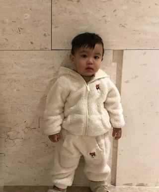 歌手兼俳優イム・チャンジョン、息子を公開。モコモコ服を着てキュートな表情。