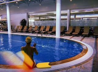 俳優クォン・サンウ の妻ソン・テヨン、SNS更新。プールで水着の後ろ姿。