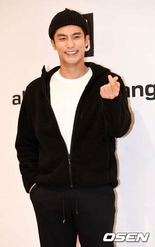 俳優ソンフン、「ユニクロヒートテックスペシャルストア」オープン記念イベントに参加。7日午前、ソウル・明洞ユニクロ中央店。